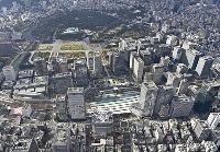 東京駅周辺。奥は皇居