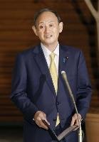 新型コロナウイルスワクチンの高齢者接種などについて、記者団の取材に答える菅首相=24日午後、首相官邸