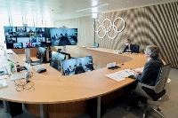 IOCの理事会参加者を歓迎するバッハ会長(手前)=24日、ローザンヌ(IOC提供・ロイター=共同)