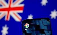 オーストラリア国旗とスマートフォンのグーグルのアイコン(ロイター=共同)