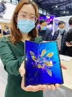 25日、ファーウェイが発売した折り畳み式スマートフォンの新機種「MateX2」=中国・上海(共同)