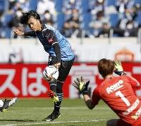 ゼロックス杯サッカー 川崎―G大阪 前半、先制ゴールを決める川崎・三笘。GK東口=埼玉スタジアム