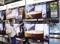 家電量販店のテレビ売り場=2020年7月、東京都内
