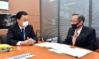 自民党の細田博之元幹事長(右)と会談する島根県の丸山達也知事=25日午後、東京・永田町(代表撮影)
