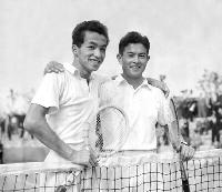 加茂公成選手(右)と肩を組む宮城淳選手=1954年10月