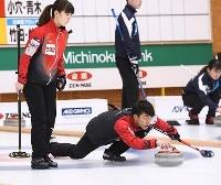 1次リーグC組の試合でショットを放つ松村(左)、谷田組=みちぎんドリームスタジアム((C)JCA IDE)