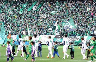 スタンドをチームカラーの緑色に染め、初陣に臨む選手に声援を送る松本山雅のサポーター=2012年3月4日、東京都調布市の味の素スタジアム