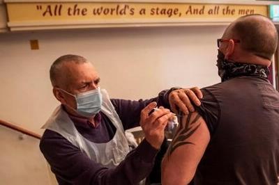 新型コロナウイルスのワクチン接種を受ける人=2月26日、英中部ブラックプール近郊(ゲッティ=共同)