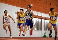 男子100メートル決勝 10秒39で優勝した山県亮太(中央)=鹿児島県大崎町