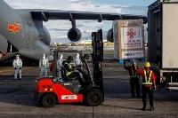 マニラの空軍基地に到着した、科興控股生物技術(シノバック・バイオテック)の新型コロナウイルスのワクチン=28日(ロイター=共同)