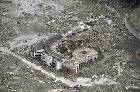 津波で大きな被害を受けた大川小=2011年3月23日、宮城県石巻市