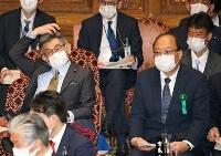参院予算委の集中審議に出席し武田総務相(左)と並んで座る、総務審議官を更迭された谷脇康彦氏=8日午後