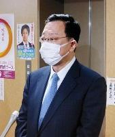 福岡知事選への出馬断念の意向を示し、記者団の取材に応じる奥田哲也氏=8日午後、東京・永田町の自民党本部