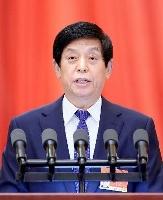 中国全人代で活動報告する栗戦書常務委員長=8日、北京の人民大会堂(新華社=共同)