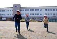 全面使えるようになった長沼小の校庭を走り回る子どもたち