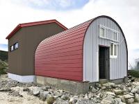現在の避難小屋(手前)に増築する新しい小屋のイメージ図(駒ケ根市提供)