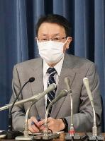 政府の地震調査委の臨時会合後、記者会見する平田直委員長=22日午後、文科省