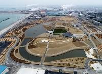 宮城県石巻市にオープンした「石巻南浜津波復興祈念公園」=28日(小型無人機から)