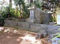 13のうち10が倒された長沼神社のほこらなど=29日、長野市大町