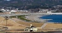 東日本大震災の被害から復旧し、一般向けに開放された高田松原の砂浜。左下は「奇跡の一本松」=1日午後、岩手県陸前高田市