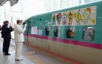 JR東京駅を出発する東北・秋田新幹線の臨時列車「東北DC復興号」=3日朝