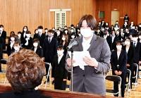 松本看護大1期生を代表して宣誓する学生