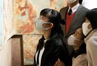 復元した壁画を間近で見つめる姉妹=10日、長野市の県立美術館