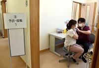 医師(右)から新型コロナのワクチン接種を受ける医療従事者=安曇野市