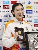 競泳の日本選手権女子100メートルバタフライで優勝し、メダルを手に笑顔の池江璃花子=4日、東京アクアティクスセンター