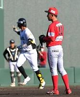 群馬七回無死一塁、中道(左)に左越え2点本塁打を浴び、肩を落とす信濃の2番手・八幡(右)