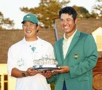 米ゴルフのマスターズ・トーナメントで日本男子初のメジャー制覇を果たし、早藤将太キャディー(左)と記念写真に納まる松山英樹=11日、米ジョージア州のオーガスタ・ナショナルGC(共同)