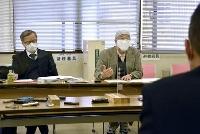 相模原市の担当者に「津久井やまゆり園」での東京パラリンピックの聖火リレーの採火中止を申し入れた尾野剛志さん(右)と滝本太郎弁護士=13日午後、相模原市
