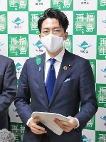 福島県の内堀雅雄知事と面会後、取材に応じる小泉環境相=17日午後、福島県庁