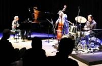 コンサートで演奏する佐藤さん(左)、金沢さん(中央)、本田さん(右)=17日午後6時半、松本市