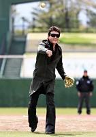 始球式で投球する新庄さん=18日、長野市の長野オリンピックスタジアム