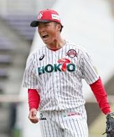 八回新潟2死二塁、投ゴロでピンチを切り抜け、雄たけびを上げる信濃の鈴木