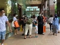 感染対策でマスクをしながらショッピングモールを歩くシンガポールの人たち