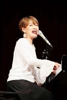 大島青松園でのコンサートで歌う沢知恵さん=2019年、平賀正明撮影