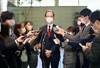 菅首相と面会後、記者の質問に答える福島県の内堀雅雄知事(中央)=22日午前、首相官邸