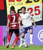J1 札幌―横浜M 後半、途中出場し攻め込む横浜M・天野(右)=札幌ドーム