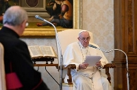 21日、バチカンで語るローマ教皇フランシスコ(ロイター=共同)