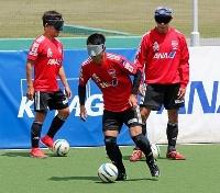 視覚障害者らによる5人制サッカーの日本代表合宿で、練習する川村(中央)=東京都小金井市