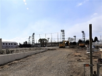 地鎮祭が行われた津市立体育館は老朽化などにより解体され、奥の市野球場の駐車場として整備が進められていた=ことし2月