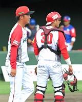 三回埼玉2死満塁、2点適時二塁打を浴びて2―6と引き離され、厳しい表情を見せる信濃の先発鈴木(左)と捕手浜田