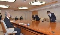 青森県庁で柏木司副知事(左)に陳謝する東京電力の宗一誠常務執行役(右端)ら=26日午前