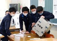 模擬投票の開票をする原中の生徒たち=26日、原村
