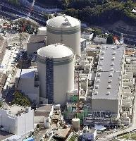 関西電力高浜原発の1号機(奥)と2号機=福井県高浜町