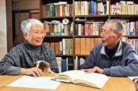 忠彦さん(右)は長野市、あつ子さんは松本市の出身。研究を重ね、今も長野県民俗の会の会報などに、論文を投稿し続けている=安曇野市