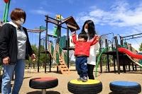 赤沼公園の遊具で遊ぶ家族連れ=28日午後1時29分、長野市赤沼