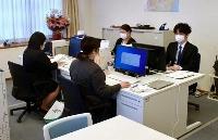 「ふくしま子どもの心のケアセンター」で業務に当たる公認心理師ら=29日午前、福島市
